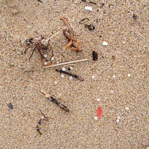 Pellets de plástico sobre a area da praia de Doniños (Ferrol)