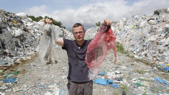 Hugh Fearnley-Whittingstall nun vertedoiro de Malasia. Fonte: inews.co.uk