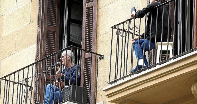 Música dende o balcon. Fonte: noticiasdegipuzkoa.eus