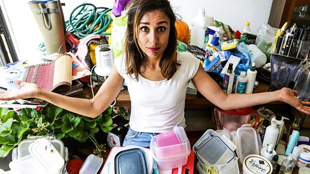 Anita Rani rodeada de plástico doméstico. Fonte: bbc.co.uk